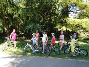 Deca na biciklima tokom sportsko jezičkog kampa