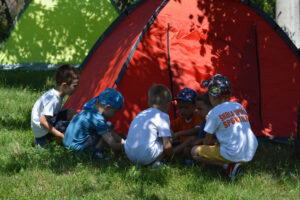 Deca postavljaju šator na kampovanju